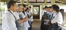 Médicos veterinários da Clínica de bovinos reunidos, em pé, fazendo anotações e conversando sobre o trabalho.