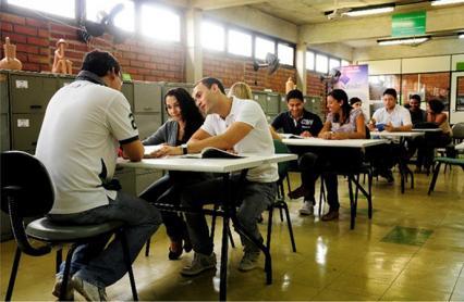 Estudantes da UFRPE na Biblioteca da Instituição, lendo, conversando.